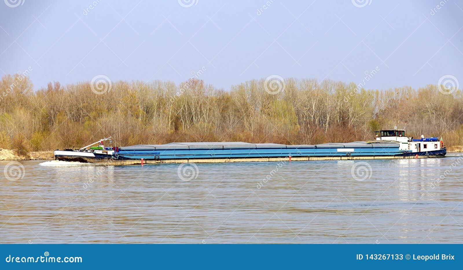 Cargo en amont sur la rivière Danube