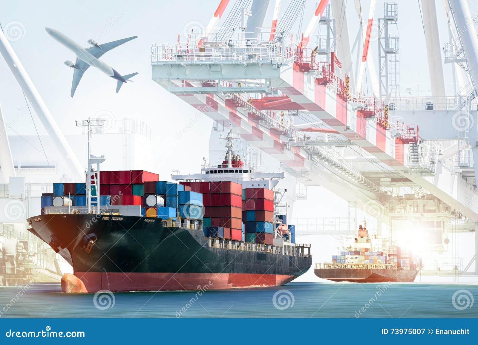 Cargo et avion de charge de récipient avec le pont fonctionnant en grue à l arrière-plan de chantier naval
