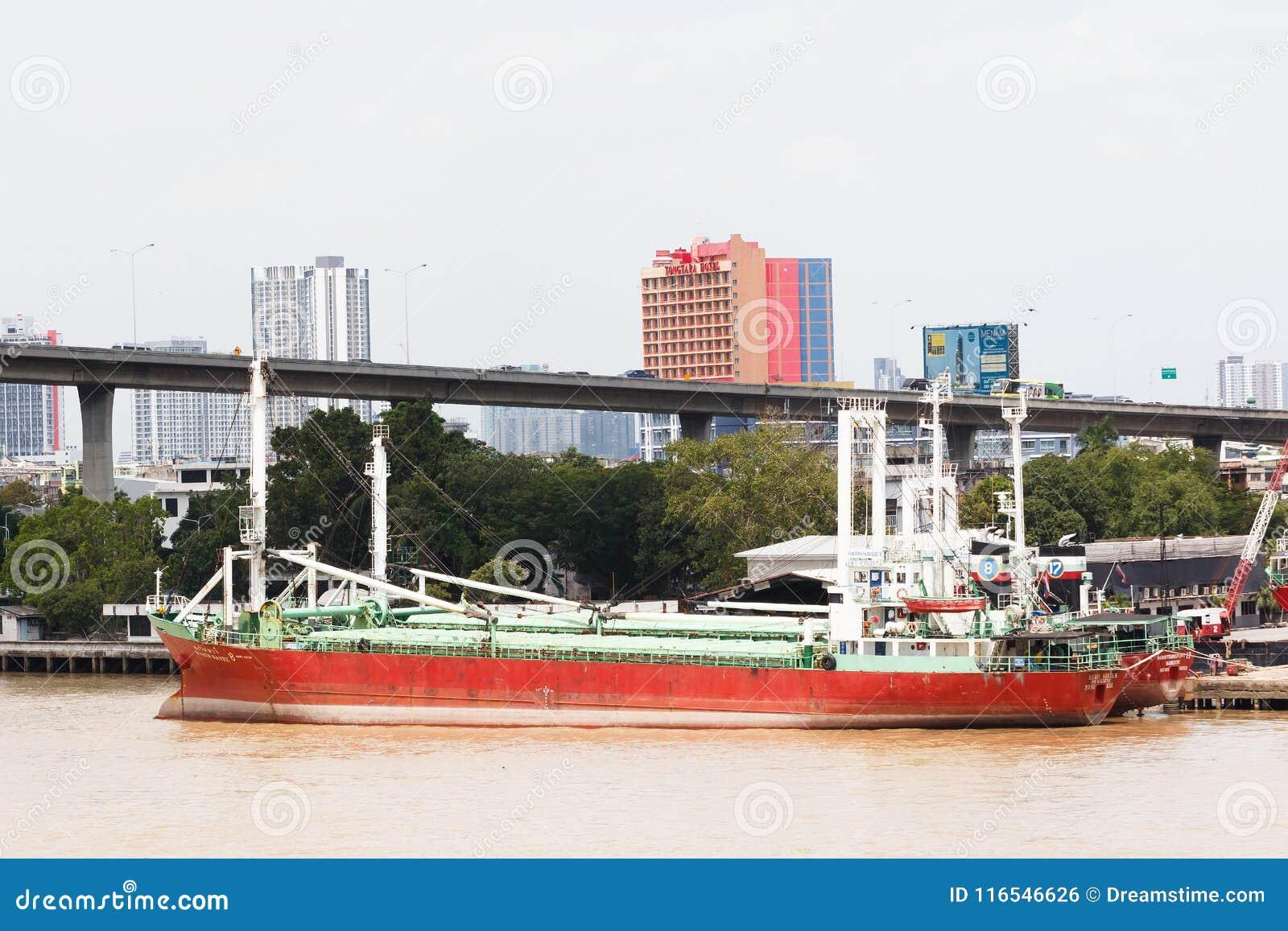 Cargo grande Marine Boat Dock en el embarcadero