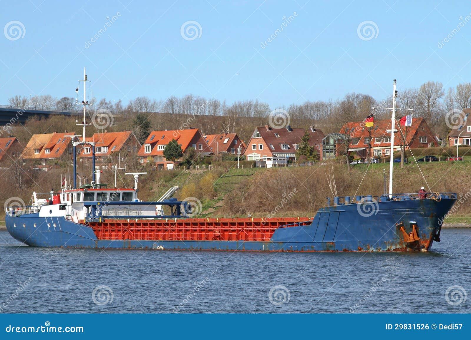 Cargueiro no canal de Kiel