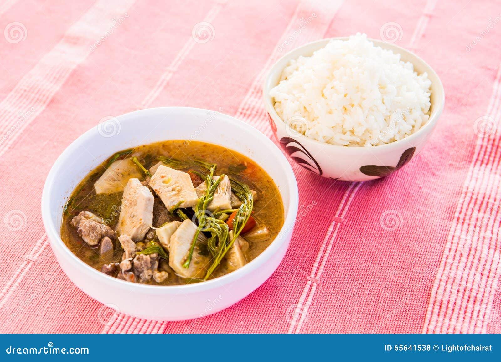 Cari thaïlandais avec du riz