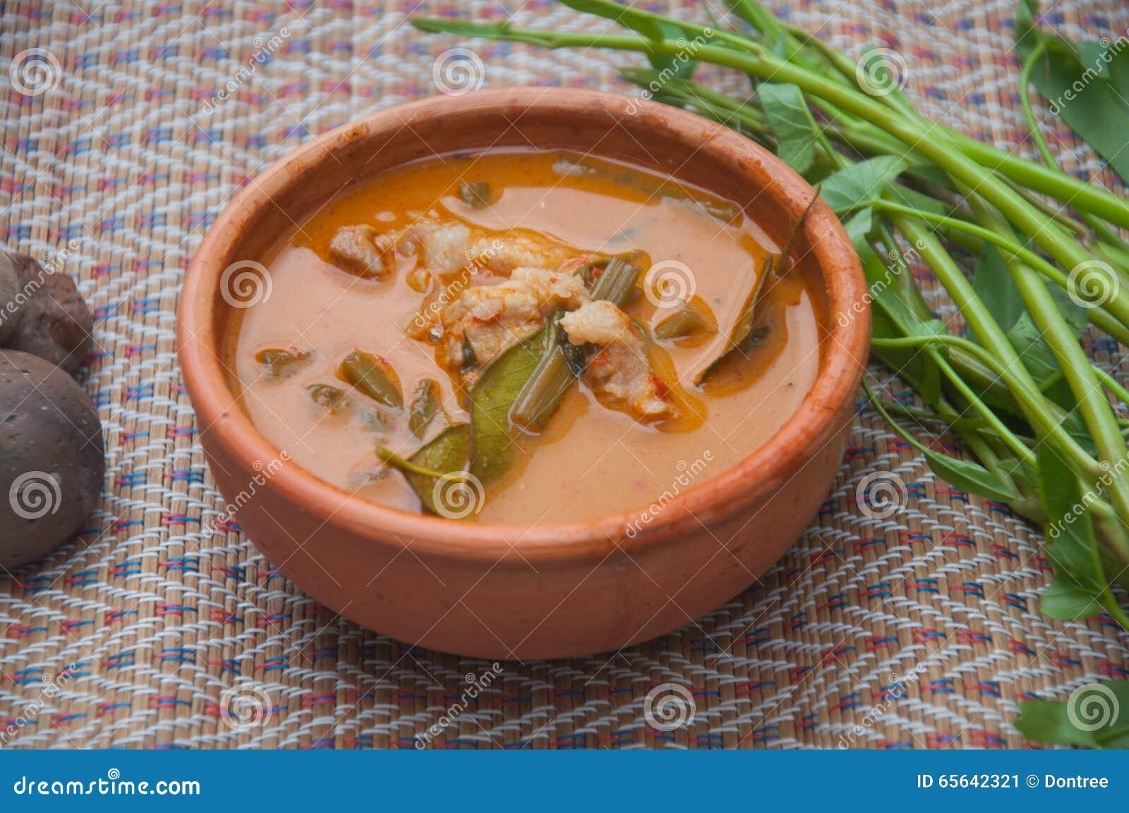 Cari thaïlandais de porc de nourriture, gloire de matin dans la cuvette d argile