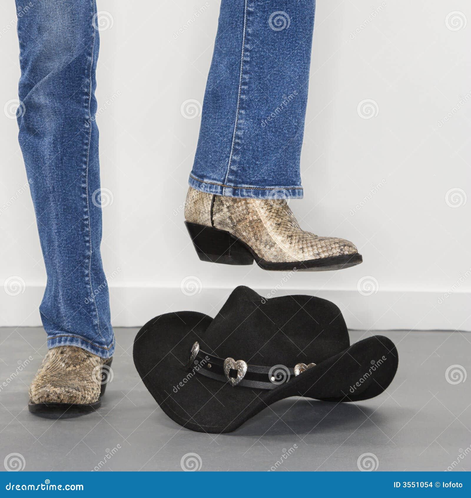 Caric il sistemaare il cappello di cowboy battere i piedi.