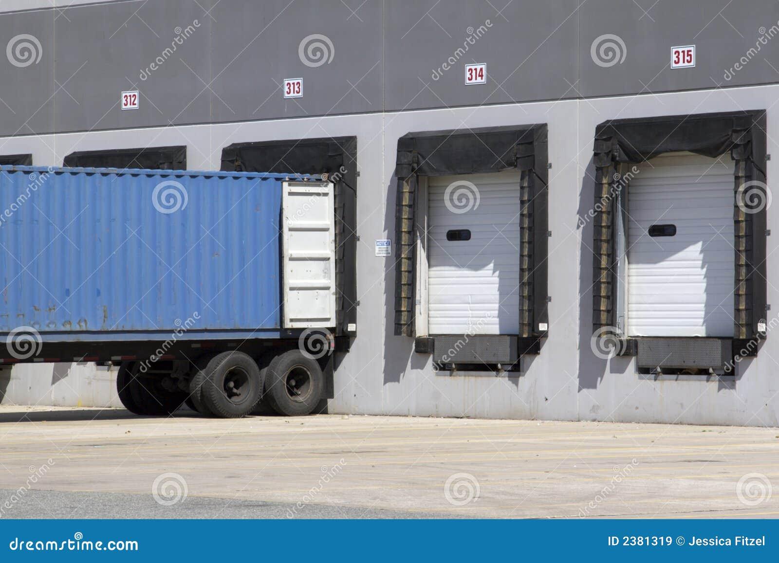 Caricamento del camion del magazzino