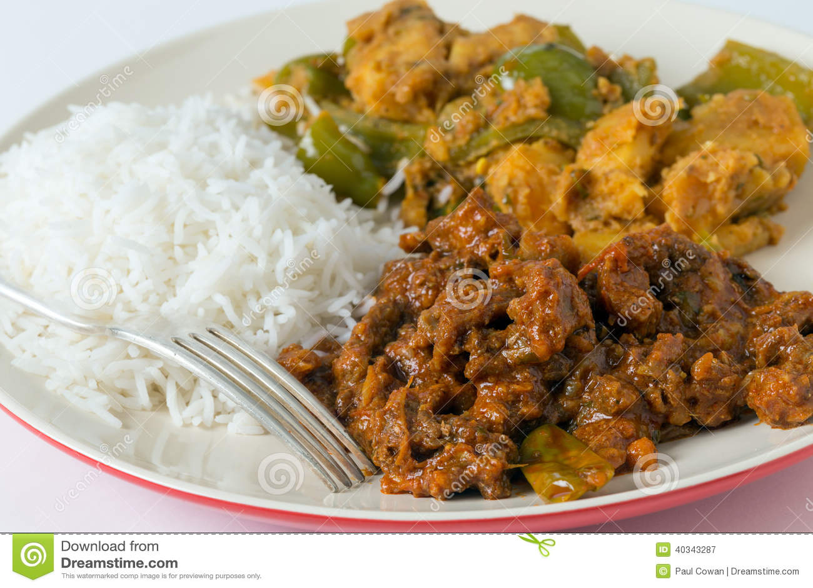 Caril da carne com arroz e batata