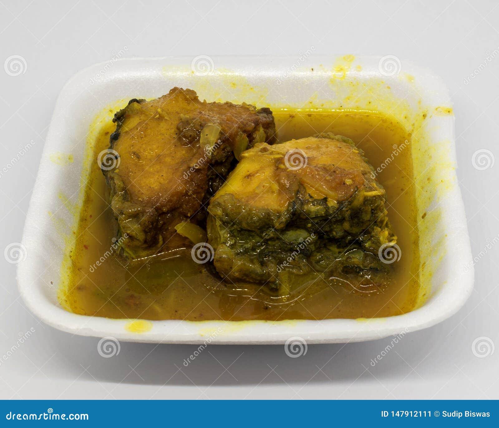 Caril dos peixes de Catla do alimento do bengali ou Katla Macher Jhol