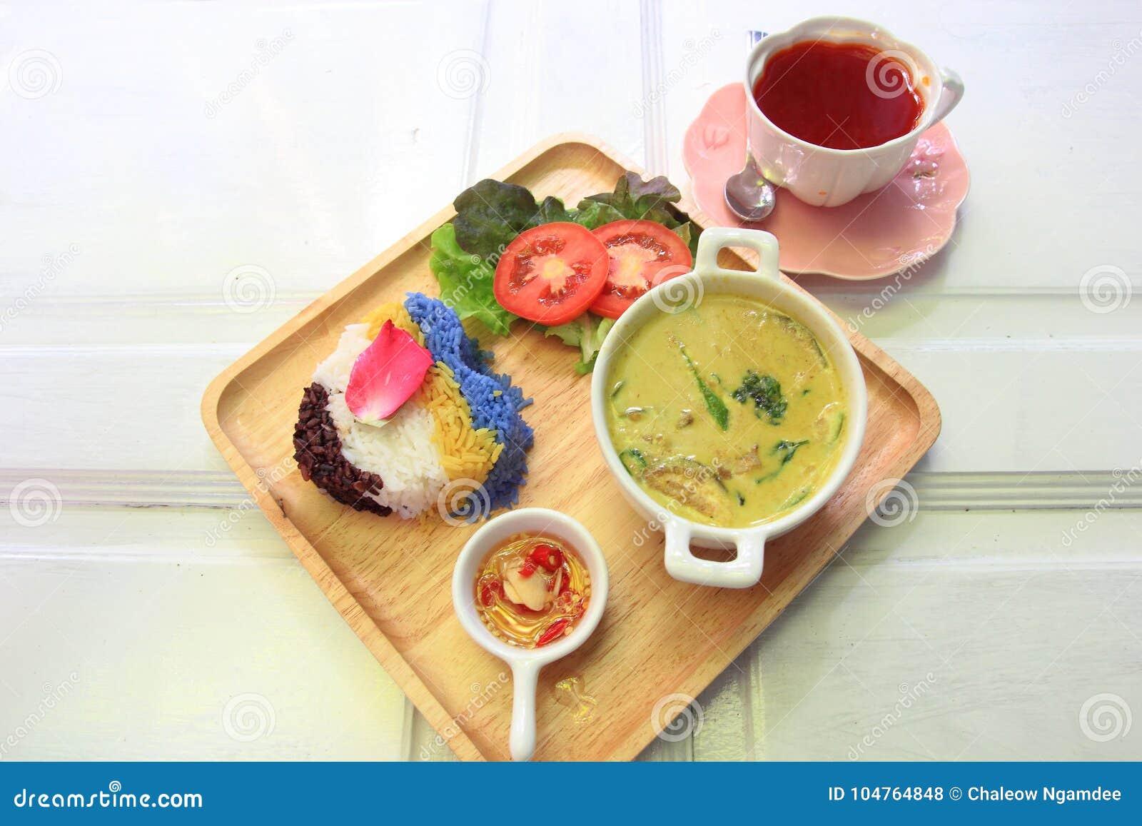 Caril tailandês do verde da galinha com arroz