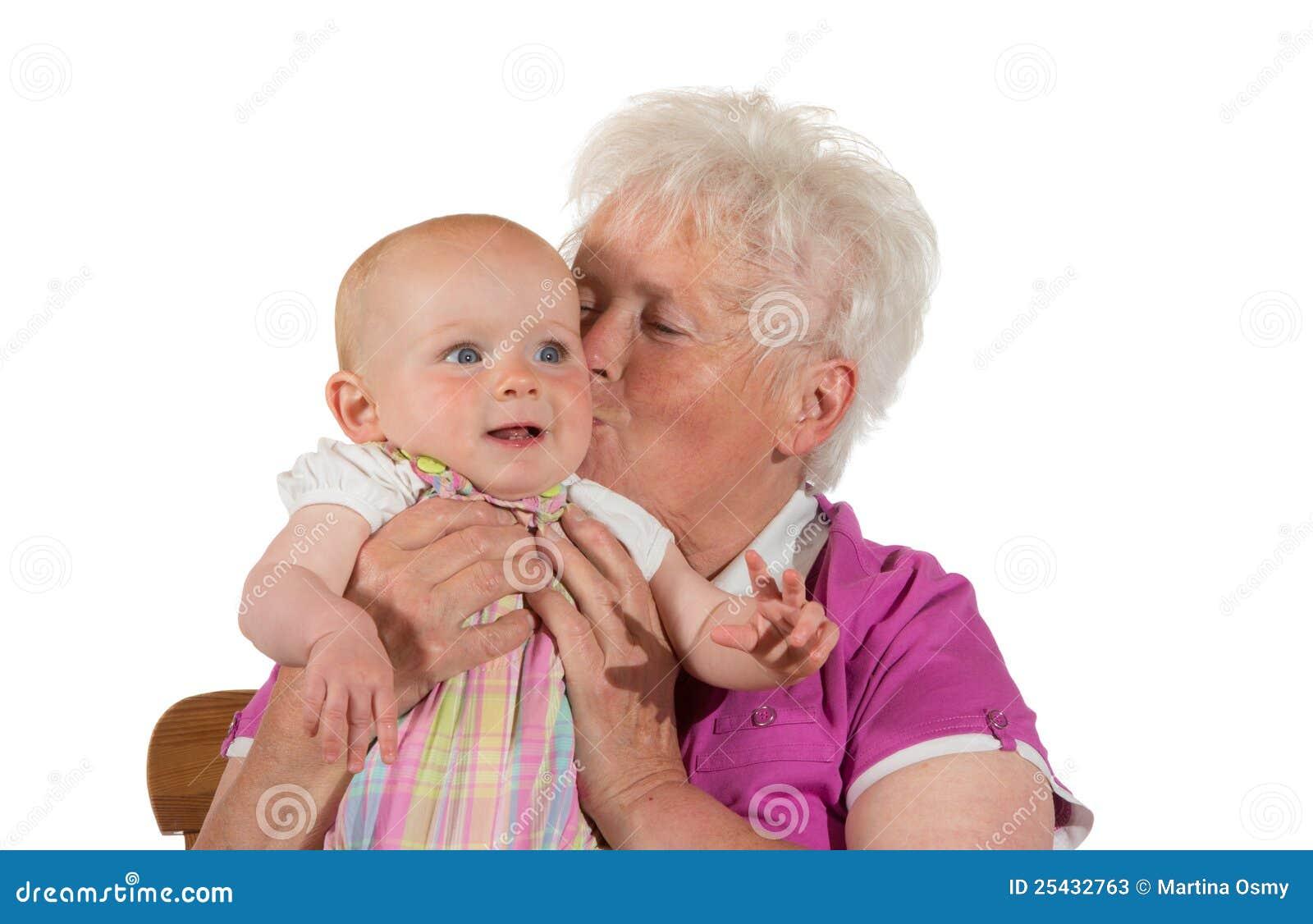 babka-lizhet-vnuchke
