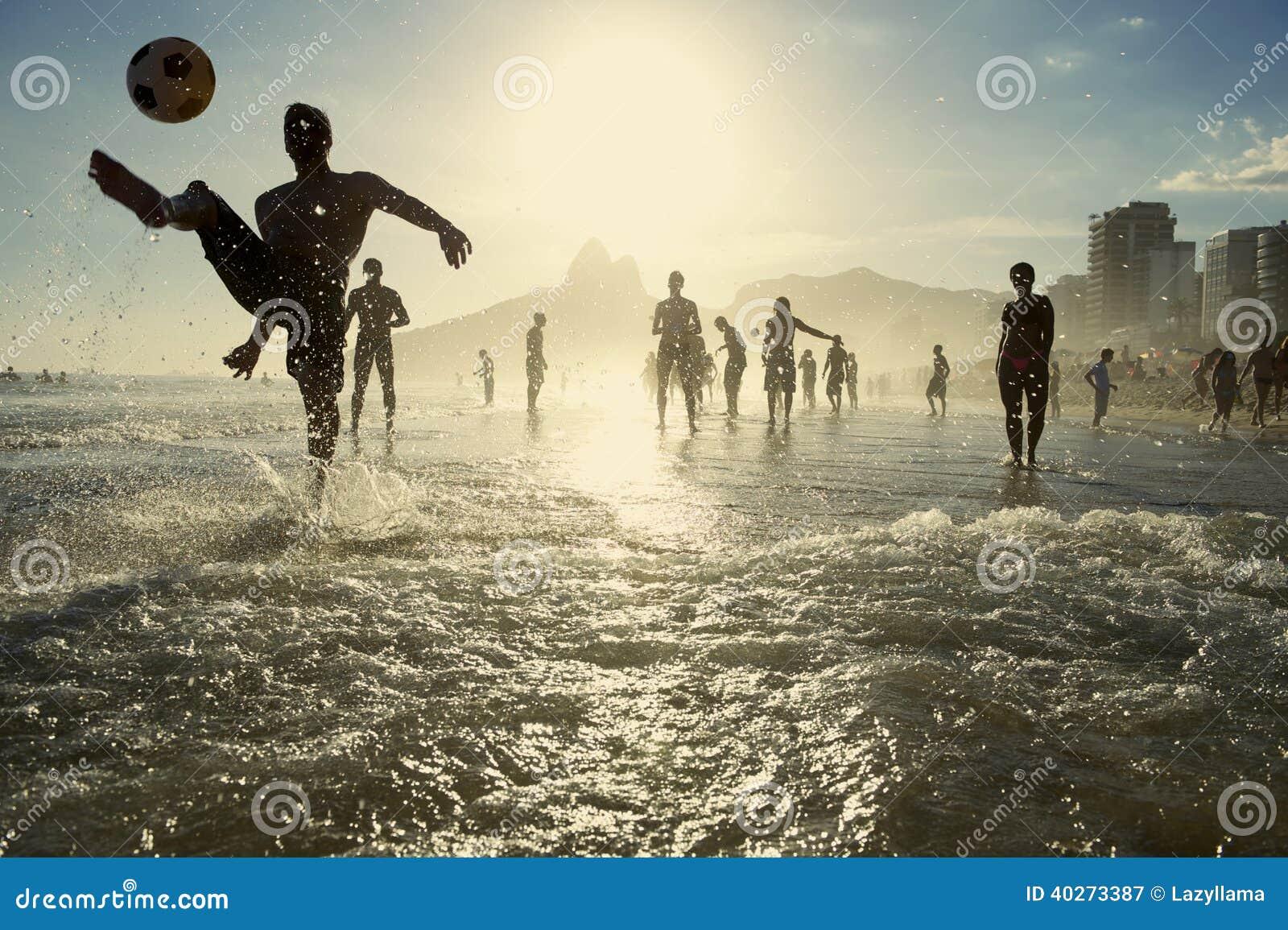 Carioca Brazilianen die de Voetbal van het het Strandvoetbal van Altinho Futebol spelen