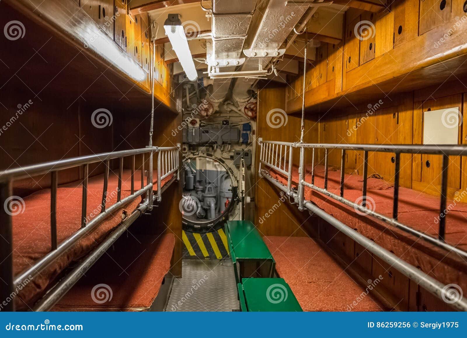 Carlingue avec des couchettes pour l équipage sur le vieux sous-marin