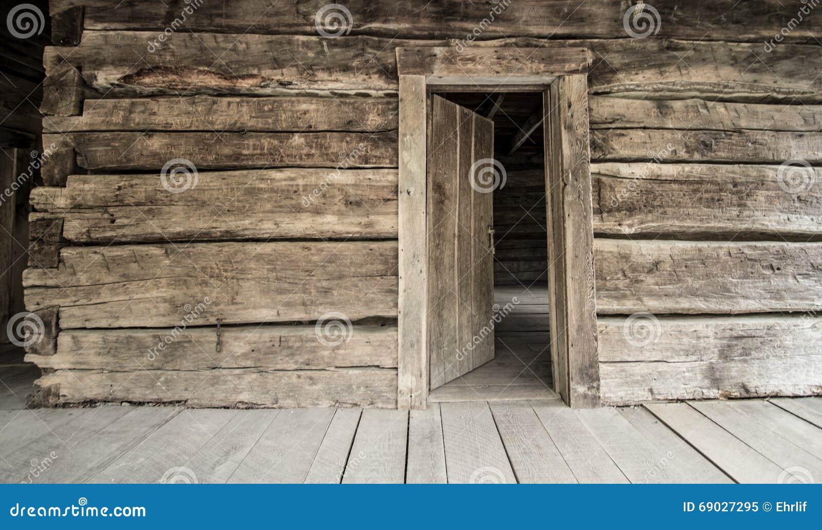 Carlingue de rondin historique avec Front Door ouvert