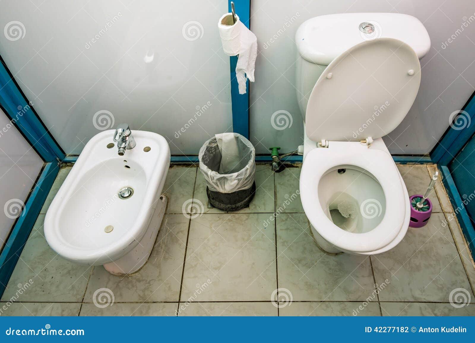 carlingues int rieures de toilette publique avec la carte de travail et le bidet photo stock. Black Bedroom Furniture Sets. Home Design Ideas