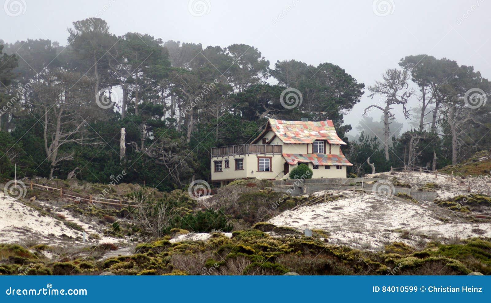 CARMEL, KALIFORNIA STANY ZJEDNOCZONE, OCT, - 6, 2014: piękni domy przy otoczakiem Wyrzucać na brzeg pole golfowe który jest częśc