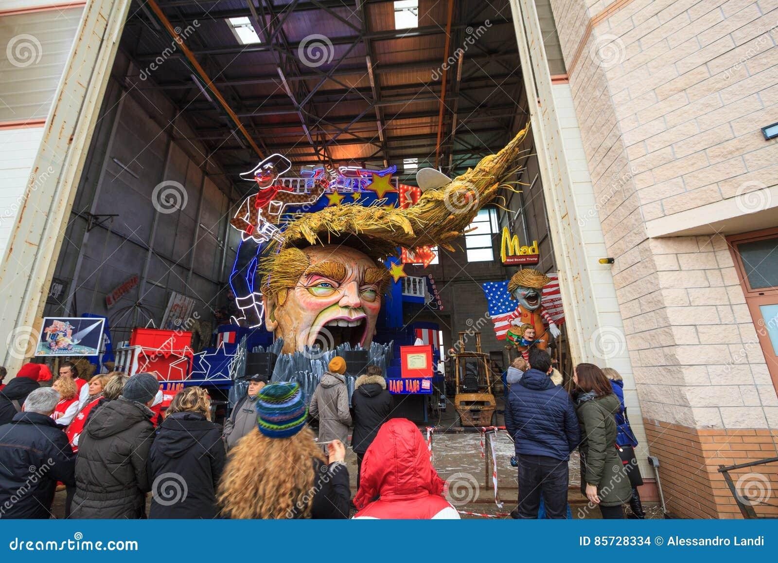 Carnaval con la caricatura de Donald Trump en el carro alegórico en Viare