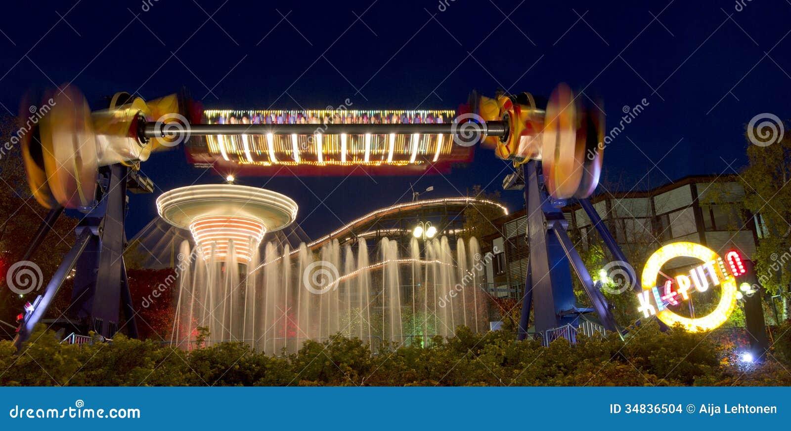 Carnaval de lumière au parc d attractions de Linnanmaki
