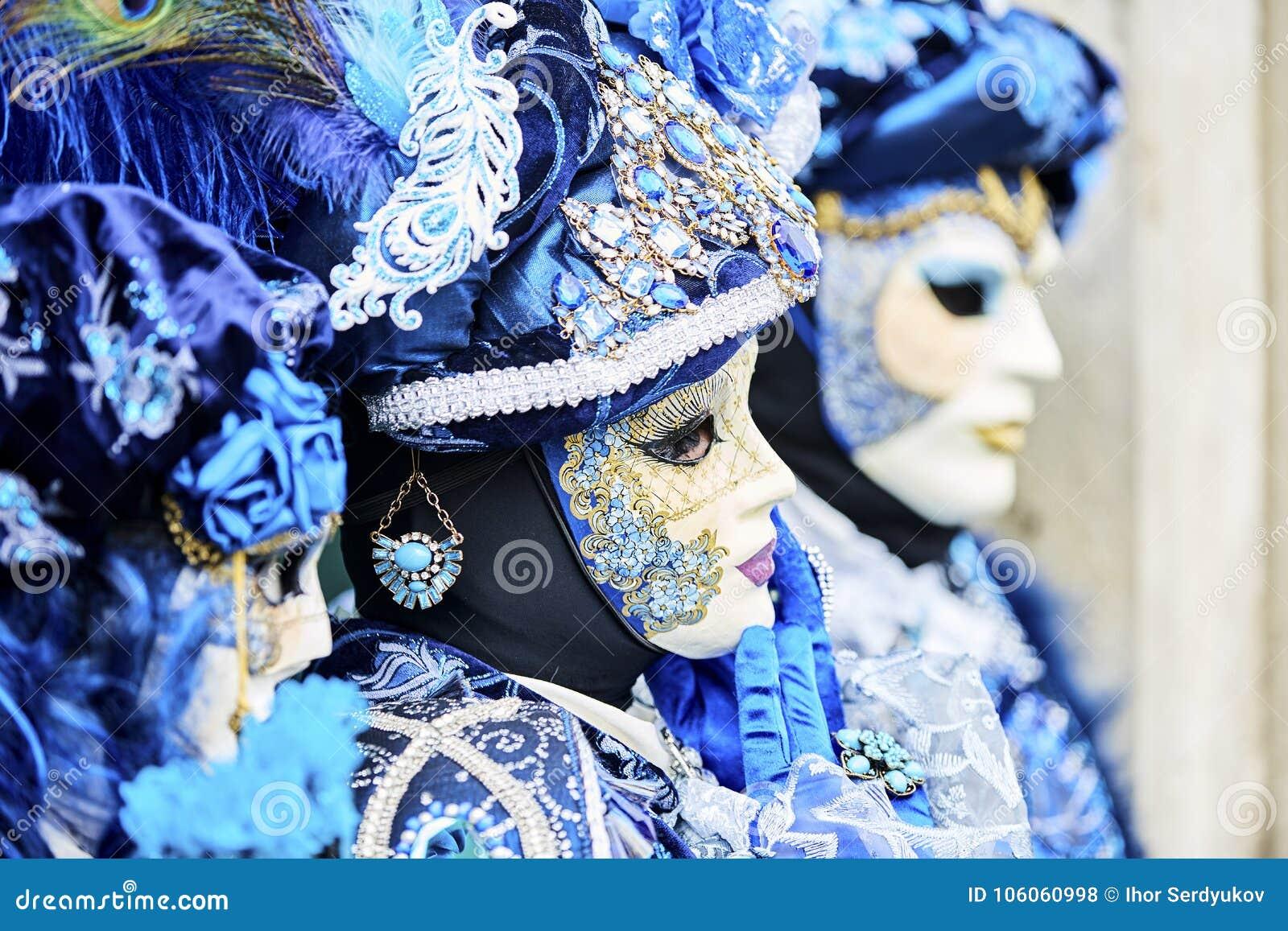 Carnaval 2017 de Venecia Traje veneciano del carnaval Máscara veneciana del carnaval Venecia, Italia Traje azul veneciano del car
