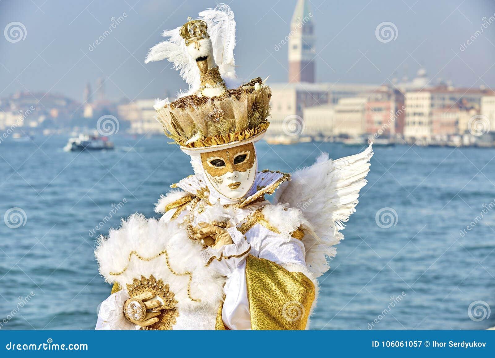 Carnaval 2017 de Venecia Traje veneciano del carnaval Máscara veneciana del carnaval Venecia, Italia Traje veneciano del carnaval