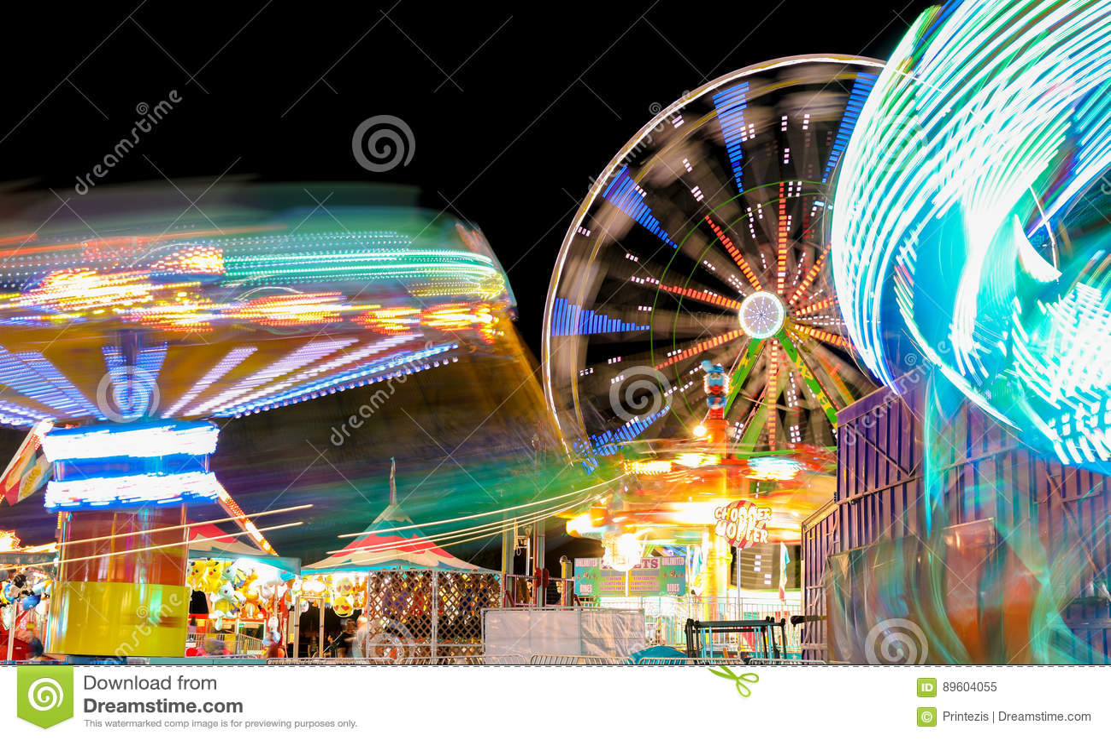 Carnaval e Ferris Wheel em luzes de giro da noite