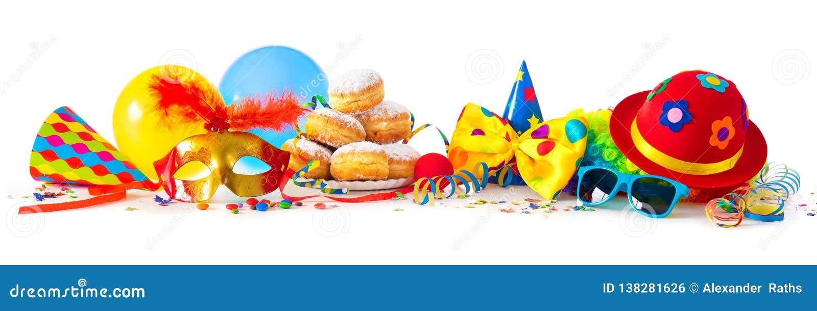 Carnaval o partido con los anillos de espuma, globos, flámulas y confeti y cara divertida