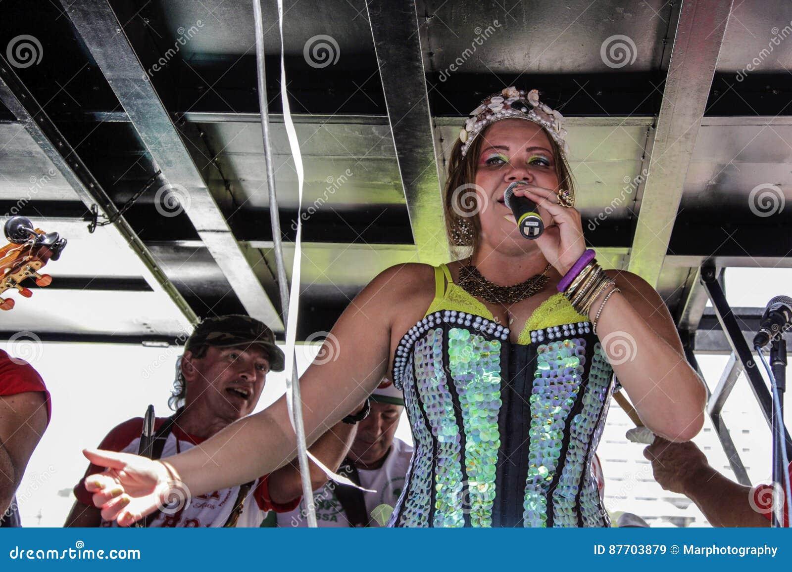Carnaval populaire brésilien de rue avec la musique de samba