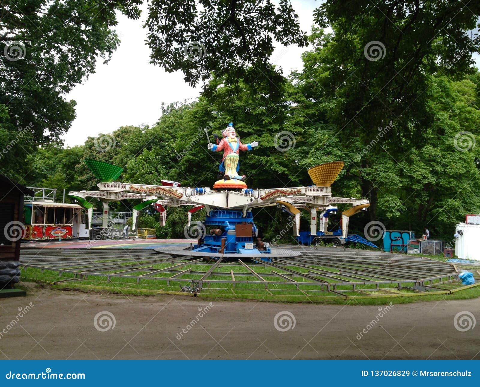 Carnaval-Rit die (Fahrgeschäft) opstelling/geassembleerd bij Duitse Pretmarkt zijn