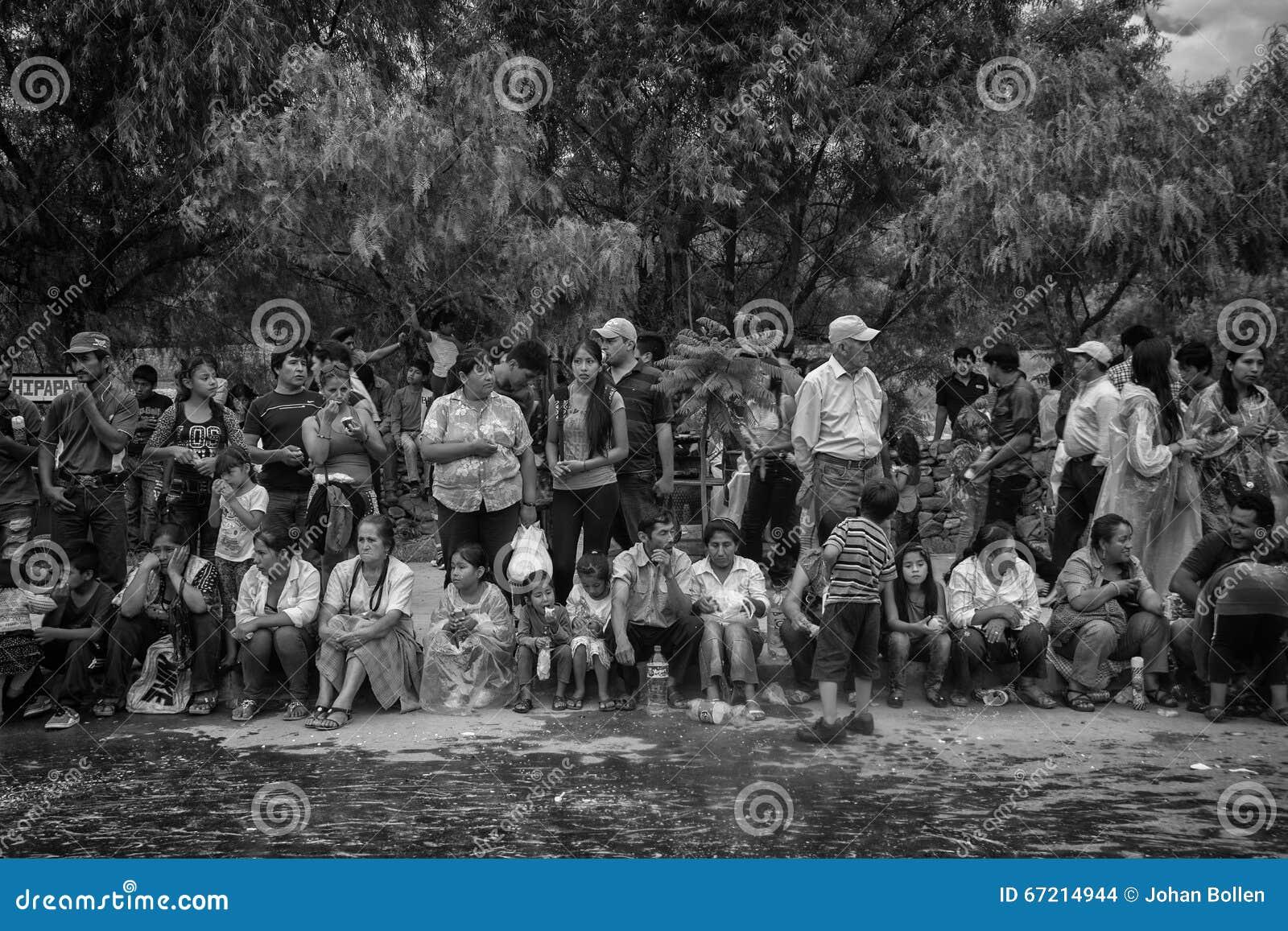 Carnaval Tarija (B&W) de spectateurs
