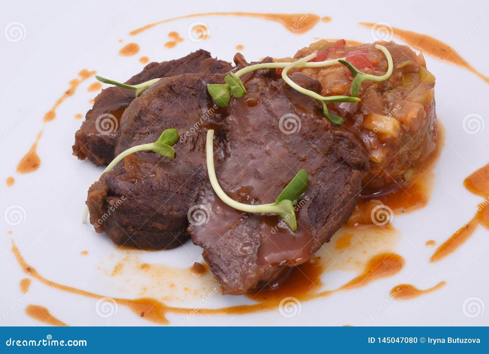Carne al forno del manzo con le verdure stufate