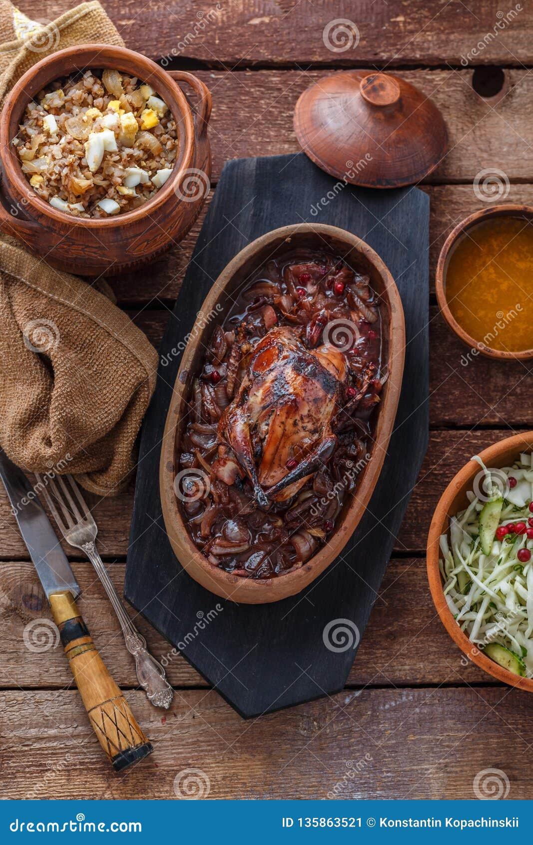 Carne asada de Hazel Grouse con las gachas de avena del buckweat y la salsa de arándano