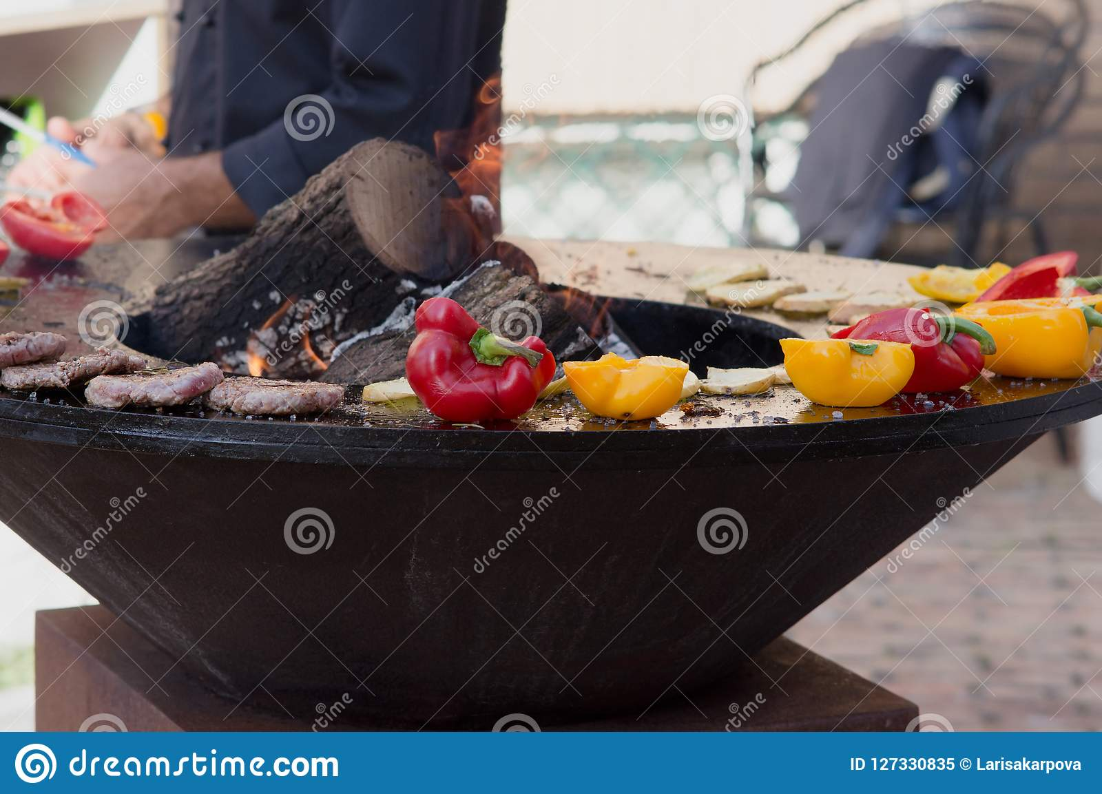 Carne, bifes e salsichas com os vegetais que cozinham na grade e em carvões ardendo sem chama barbecue