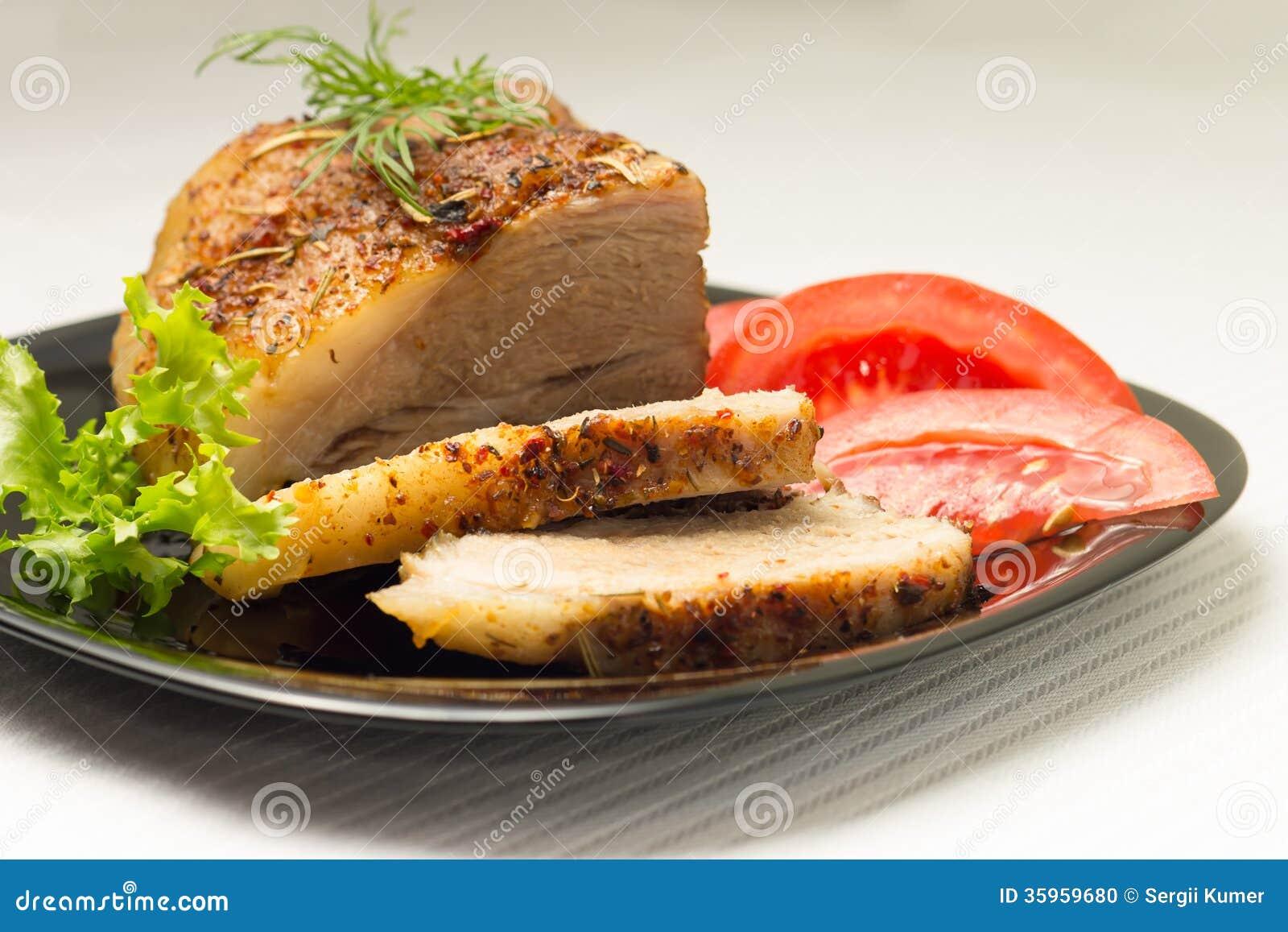 Carne cortada cocida en plato negro
