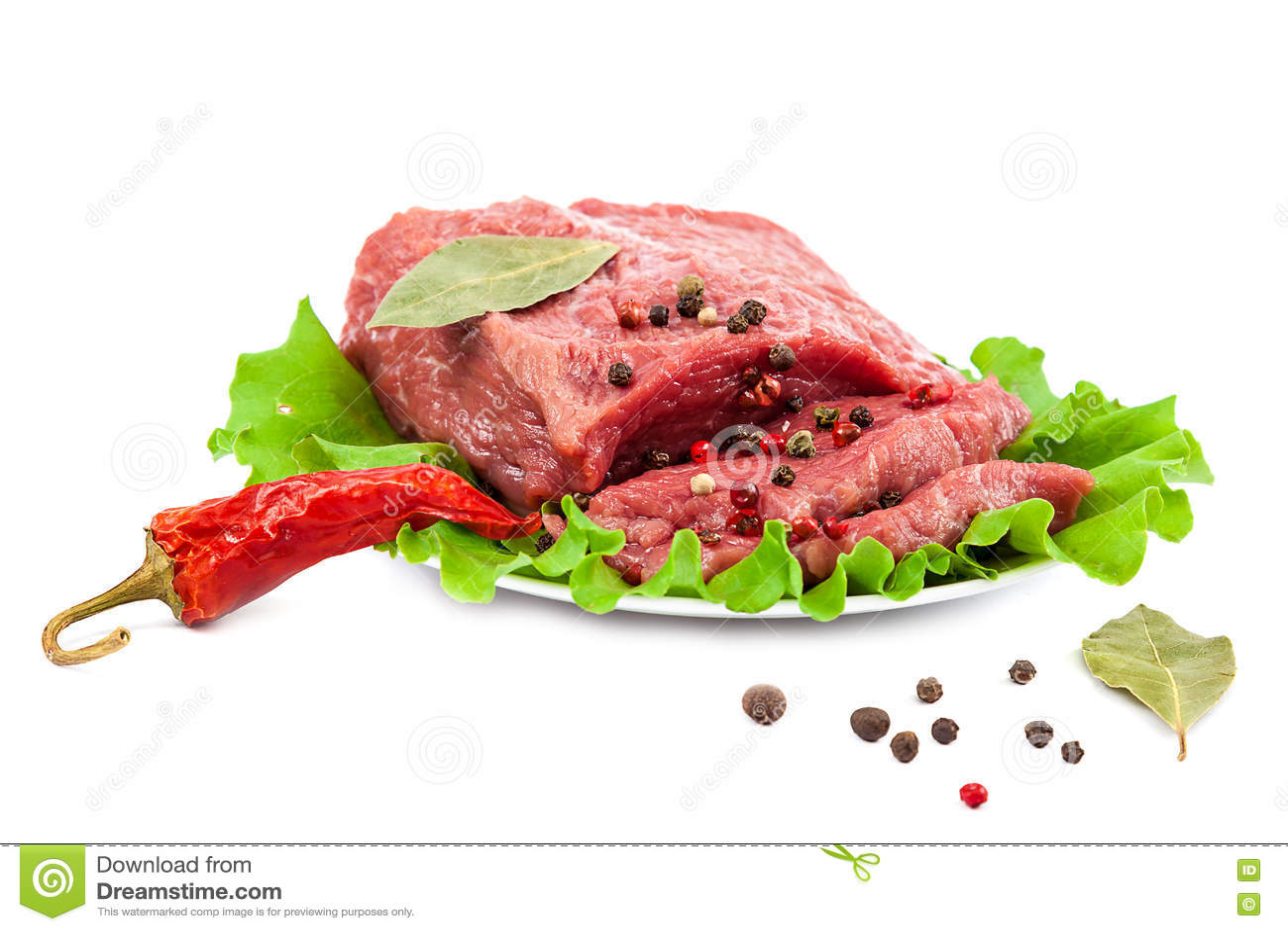Carne cruda fresca su un fondo bianco