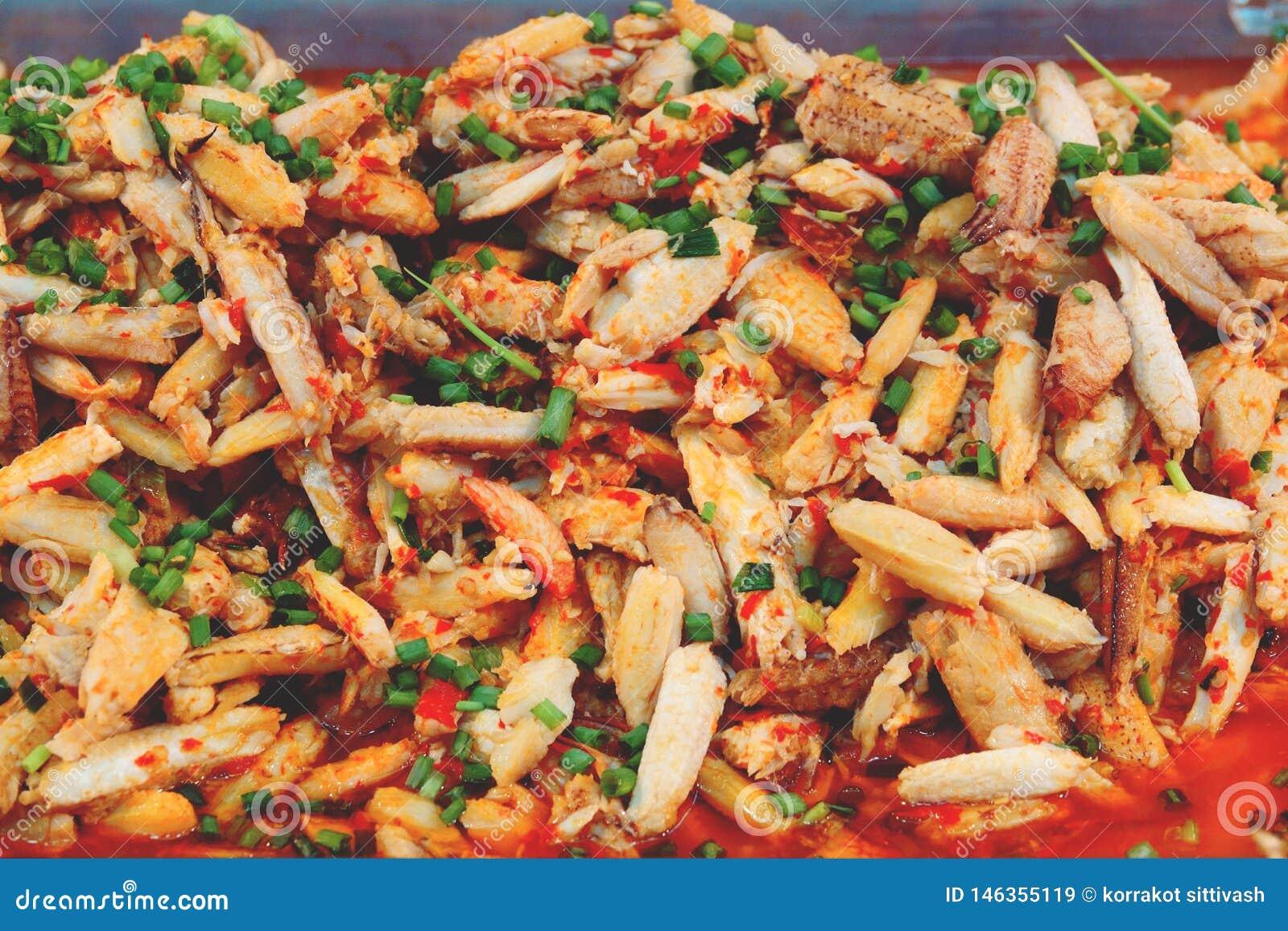 Carne de caranguejo fritada com pimentão fresco, alimento tailandês