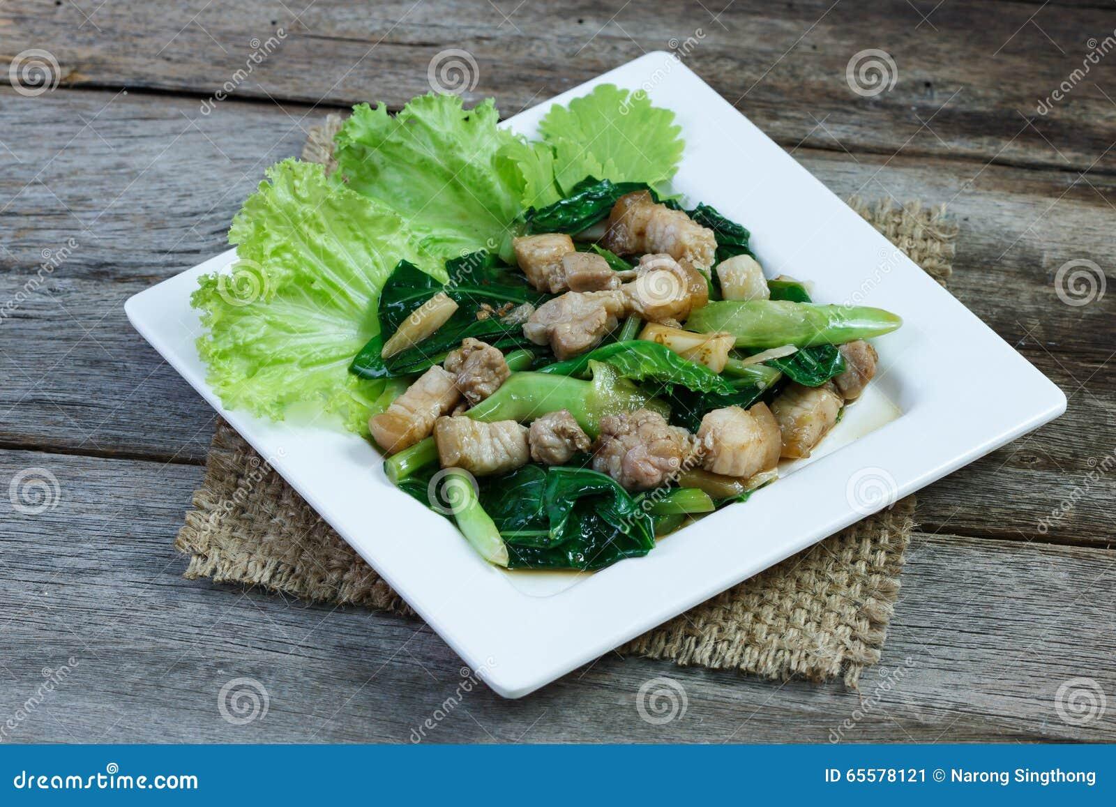 A carne de porco da couve e do lado fritou no molho da ostra na placa branca