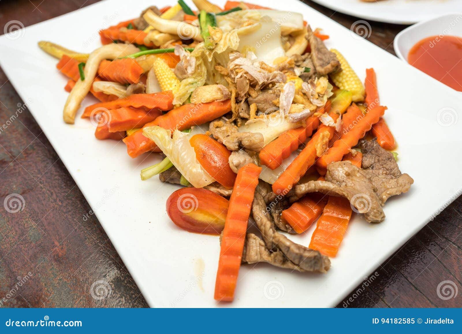 Carne de porco fritada com cenoura
