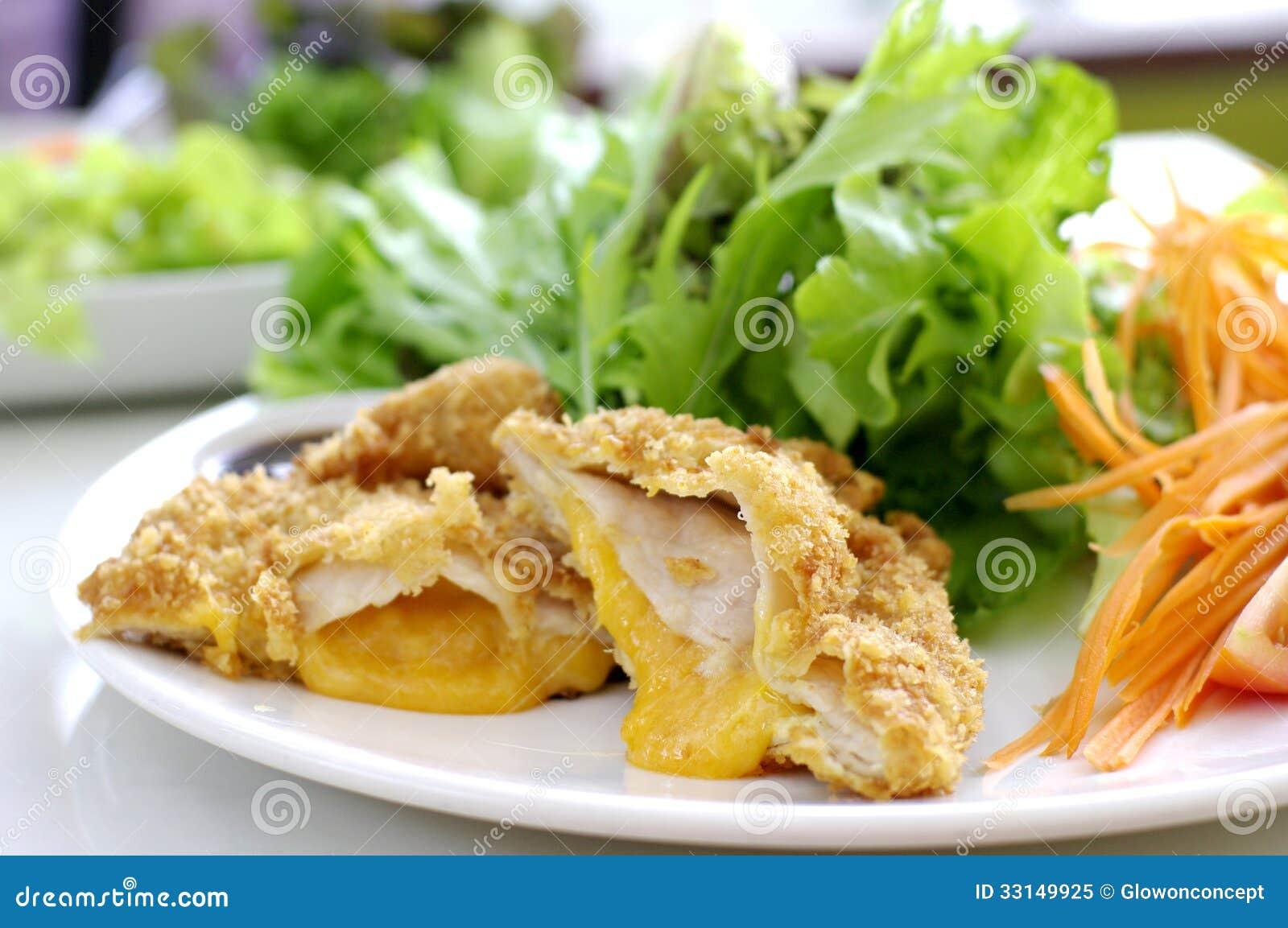 Carne de porco fritada com queijo e salada