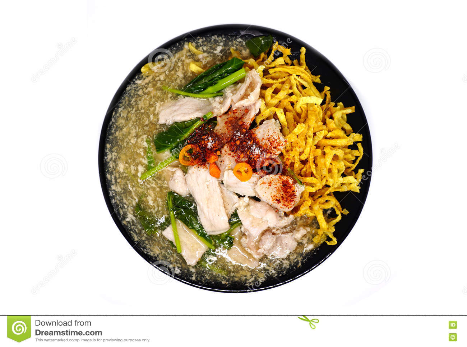 Carne de porco fritada friável do macarronete com molho e parte superior do raadna com pimentões tailandeses