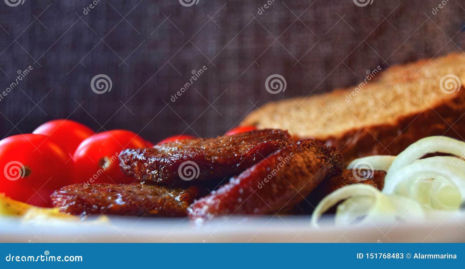 Carne de carne de porco fritada para o fim do almoço acima