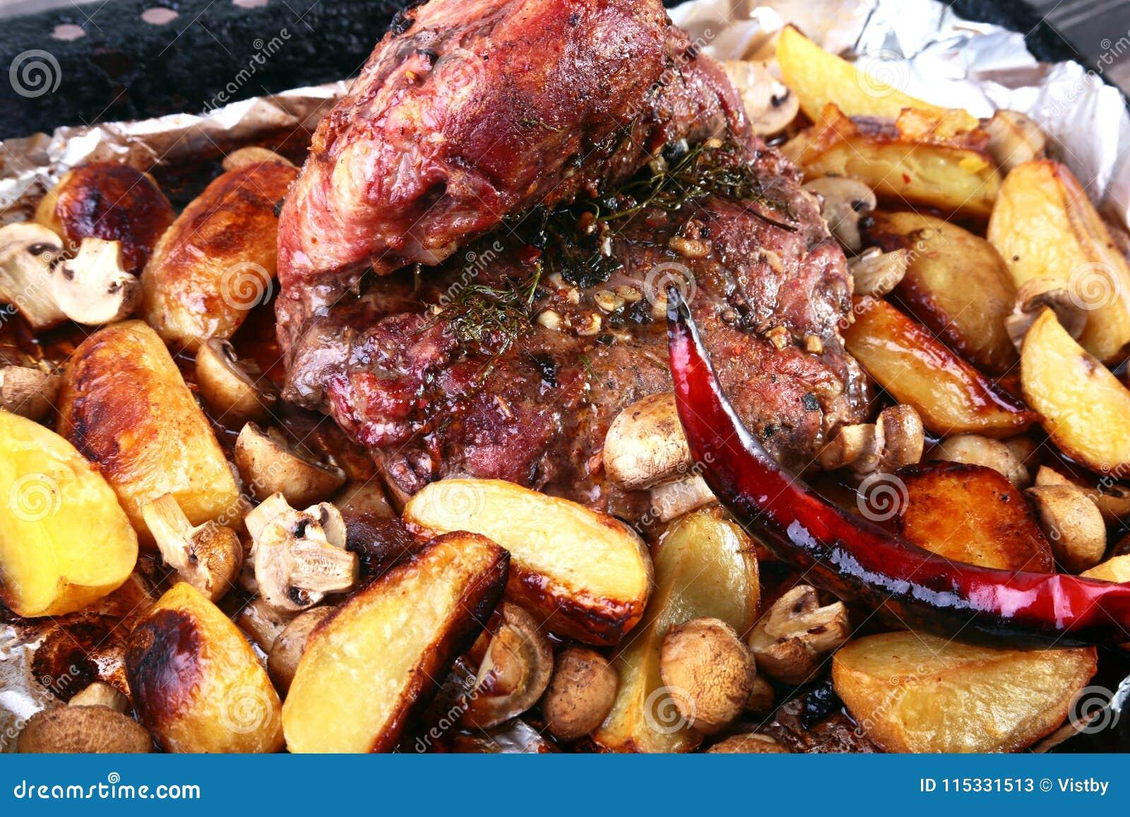 Carne de carne de porco grelhada com batatas barbecue Foco seletivo
