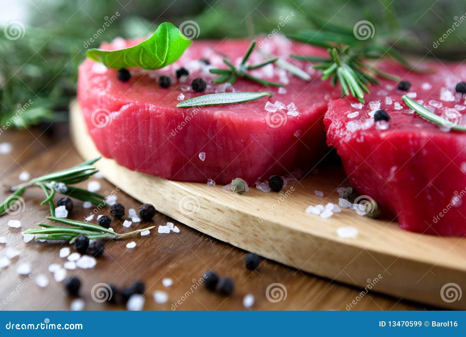 Carne de vaca sin procesar con las hierbas