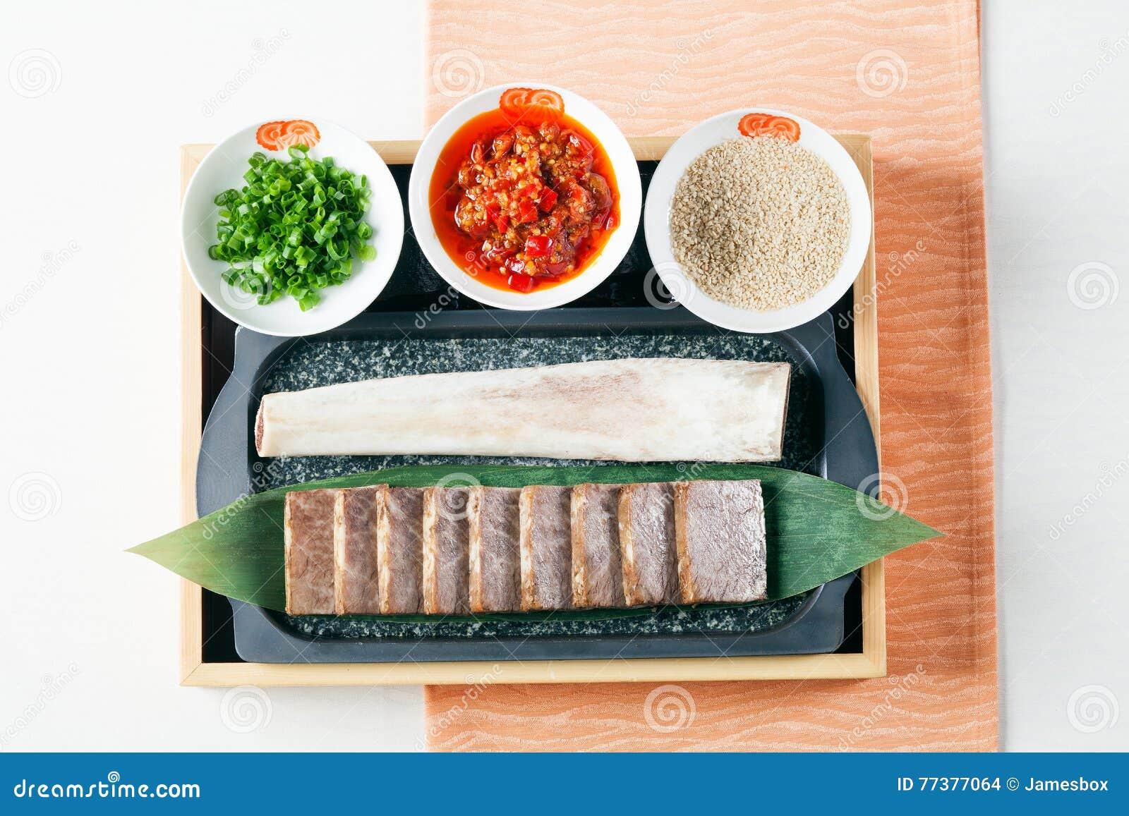 Carne di maiale affettata con la salsa e la cipolla di peperoncino rosso sul bento