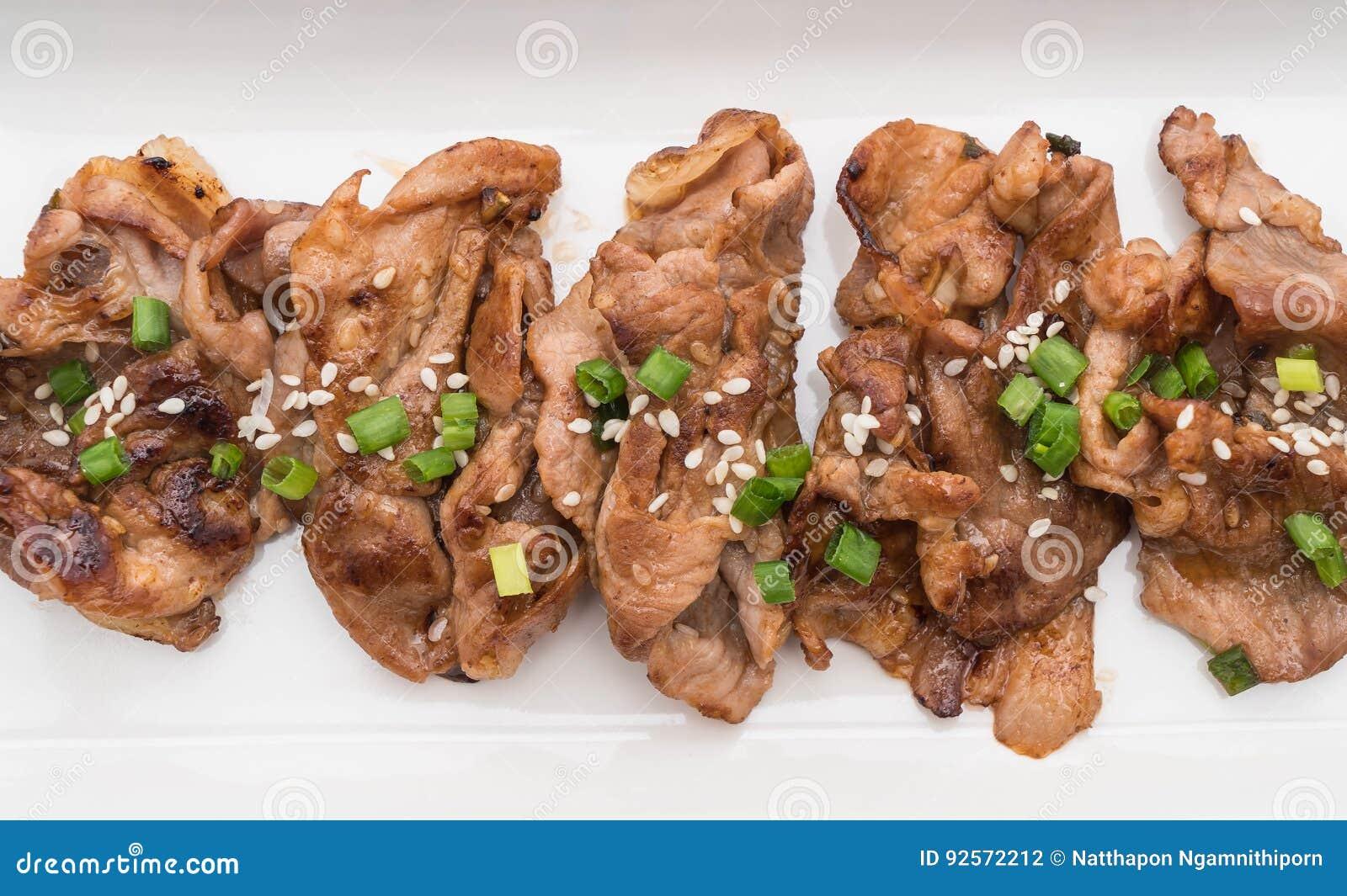 Carne di maiale arrostita sul piatto