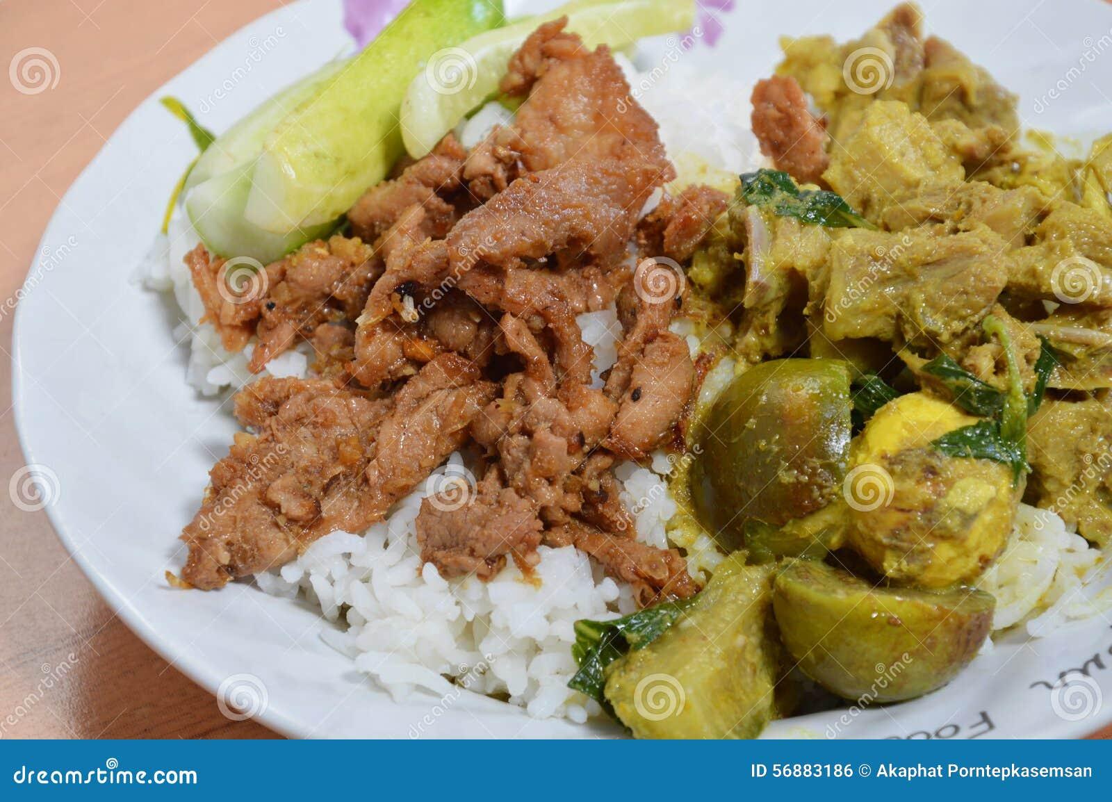 Carne di maiale fritta nel grasso bollente con aglio ed il curry piccante di verde del pollo