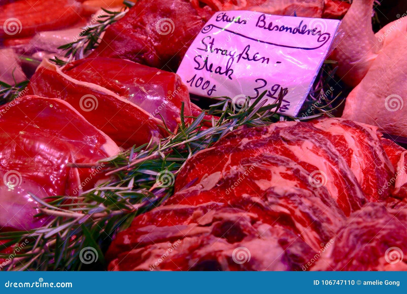 Carne di maiale rossa luminosa che vende sul mercato