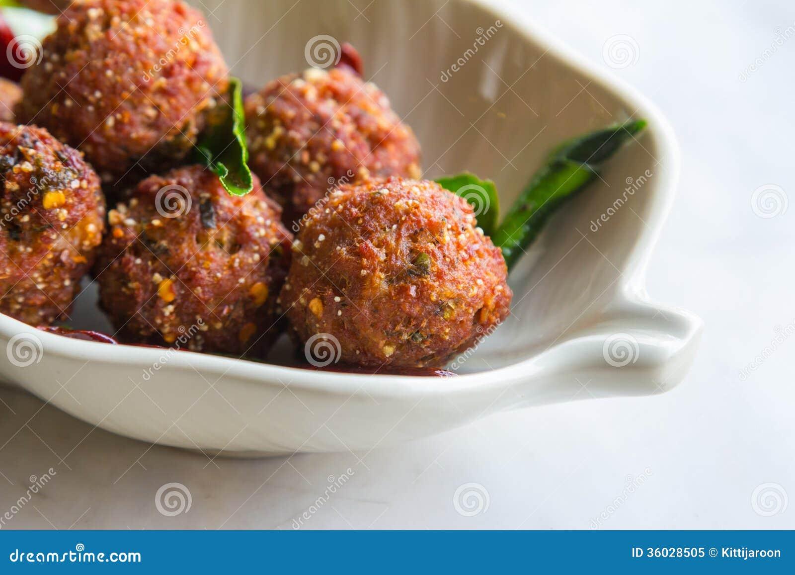 Carne di maiale tritata fritta con salsa piccante pronta da servire