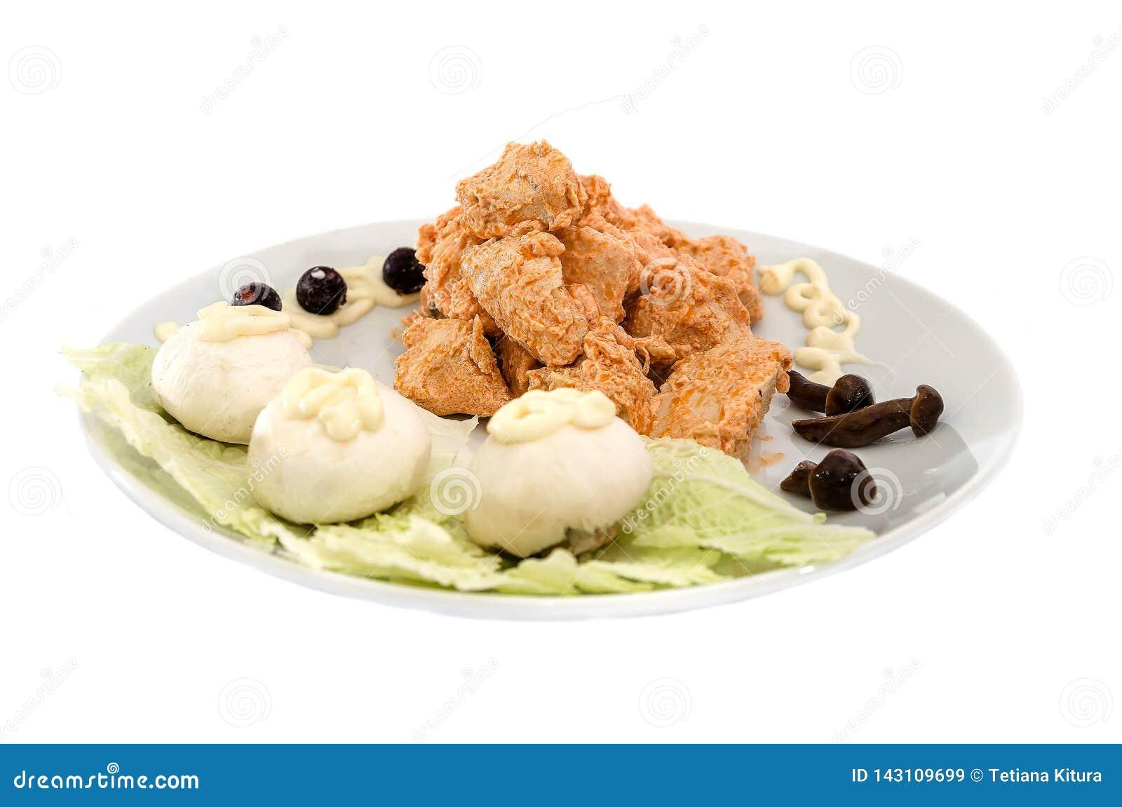 Carne di pollo stufata con salsa con i funghi Bello piatto su un fondo bianco