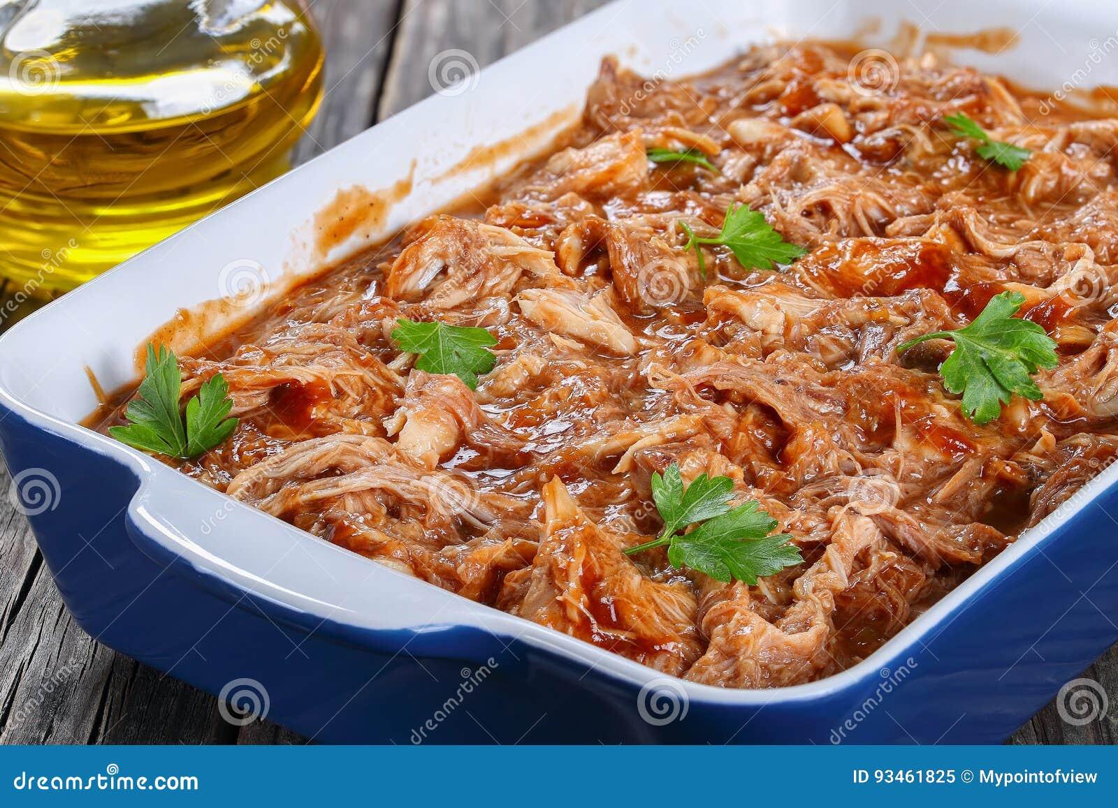 Carne di pollo tagliuzzata lanciata in salsa