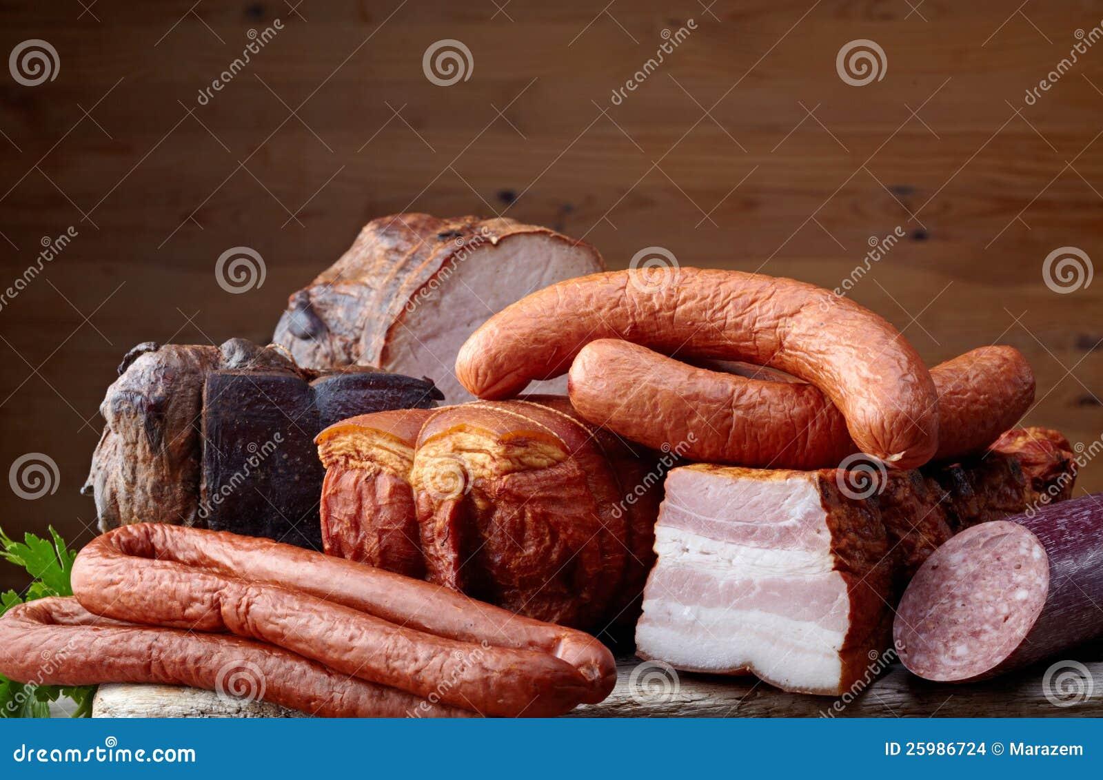 Carne e salsichas fumadas