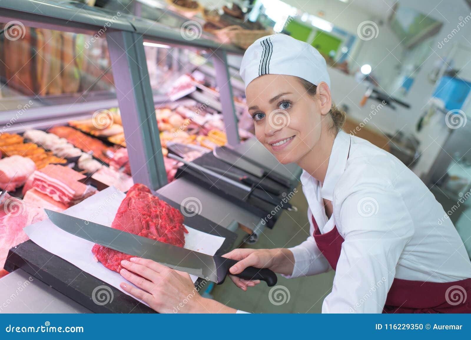 Carne femminile sorridente di taglio del macellaio