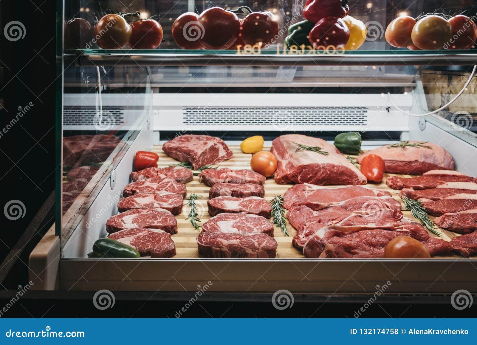Carne fresca e bifes em um suporte no mercado de Mercato Metropolitano