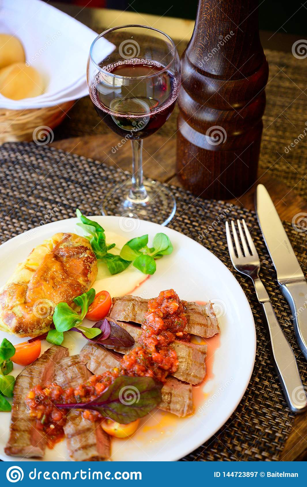 Carne frita con las verduras y la salsa en una placa